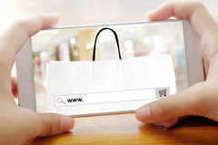 Hand die slimme telefoon met www houden op het schermbackgrou van de onderzoeksbar Royalty-vrije Stock Fotografie