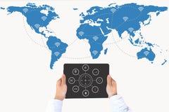 Hand die slimme telefoon op het netwerk van de wereldkaart en draadloos communicatienetwerk houden Royalty-vrije Stock Foto's