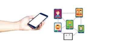 Hand, die Smartphone gegen auf glatten Hintergrund hält Stockbilder