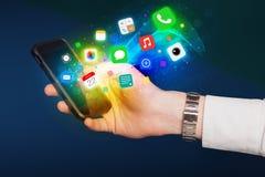 Hand, die Smartphone mit bunten APP-Ikonen hält Lizenzfreies Stockfoto