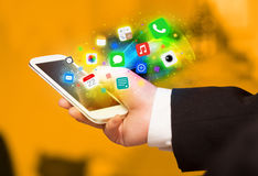 Hand, die Smartphone mit bunten APP-Ikonen hält Lizenzfreie Stockfotos