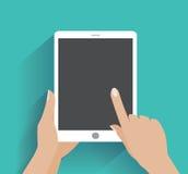 Hand, die smartphone mit leerem Bildschirm hält Stockfoto