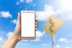 Hand, die smartphone mit leerem Bildschirm hält lizenzfreie stockfotos