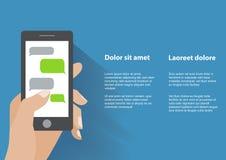 Hand, die Smartphone mit leeren Spracheblasen hält Lizenzfreie Stockbilder