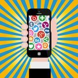 Hand, die Smartphone mit Social Media-Ikonen hält Stockfotos