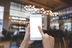 Hand die smartphone in vage beelden met behulp van stock afbeelding