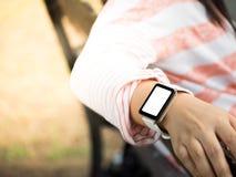 Hand die smartwatch dragen stock afbeelding