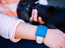 Hand die smartwatch dragen royalty-vrije stock foto