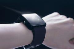 Hand die smartwatch dragen Stock Foto