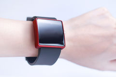 Hand die smartwatch dragen Royalty-vrije Stock Afbeelding