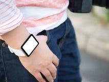 Hand die smartwatch met het lege scherm dragen stock afbeelding