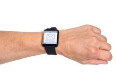 Hand, die Smartwatch zeigt neue Mitteilung trägt Stockfotografie