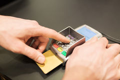 Hand die speldcode ingaan aan bankterminal Royalty-vrije Stock Foto