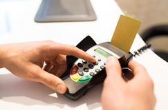 Hand die speldcode ingaan aan bankterminal Royalty-vrije Stock Afbeelding