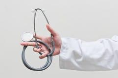 Hand, die Stethoskop hält Stockbilder