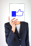 Hand, die Tablette mit gleichem Symbol hält Lizenzfreies Stockfoto