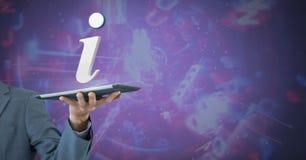 Hand, die Tablette mit Ikone der Informationen 3D hält Stockfoto