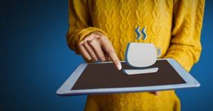 Hand, die Tablette mit Ikone des Kaffees 3D hält Stockfotos