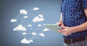 Hand, die Tablette mit Ikonen der Wolke 3D hält Stockfotografie