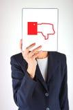 Hand, die Tablette mit verschiedenem Symbol hält Stockfotografie