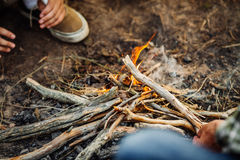Hand, die Tannenholz setzt, um abzufeuern Lizenzfreie Stockfotos
