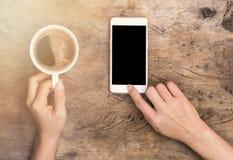 Hand, die Tasse Kaffee hält Stockfotos