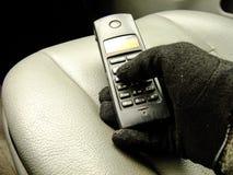 Hand, die Telefon auf Front Seat hält Stockfoto
