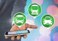 Hand, die Telefon mit Transportikonen hält Lizenzfreie Stockbilder