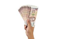Hand, die thailändisches Geld lokalisiert hält lizenzfreie stockfotos