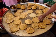 Hand, die Tortillas leicht schlägt Lizenzfreie Stockfotos