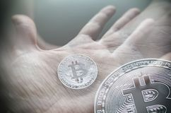 Hand die transparante bitcoin houden Tonned dubbele blootstelling royalty-vrije stock fotografie