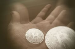 Hand die transparante bitcoin houden Tonned dubbele blootstelling royalty-vrije stock foto