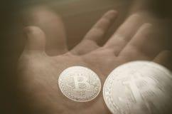 Hand, die transparentes bitcoin hält Tonned-Doppelbelichtung Lizenzfreies Stockfoto