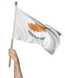 Hand die trots de nationale vlag van Cyprus golven Stock Afbeelding