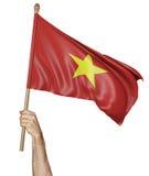 Hand die trots de nationale vlag van Vietnam golven Stock Afbeeldingen