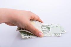 Hand die 20 Turksh Lirebankbiljet in hand houden Royalty-vrije Stock Afbeelding