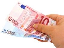 Hand die twee euro nota's (het knippen inbegrepen weg) houdt Stock Foto
