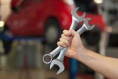 Hand die twee moersleutels houden Stock Fotografie