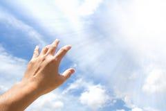 Hand die uit bereikt Stock Foto's