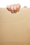 Hand, die unbelegte Pappe anhält Lizenzfreie Stockfotos