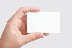 Hand, die unbelegte Visitenkarte anhält Lizenzfreies Stockbild