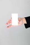 Hand, die unbelegte Visitenkarte anhält Lizenzfreie Stockfotografie
