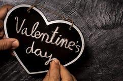 Hand die Valentine-dag in bord schrijven royalty-vrije stock afbeeldingen