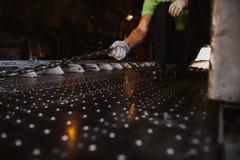 Hand die van arbeider een ijzerketting trekken royalty-vrije stock foto's