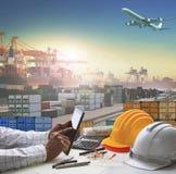 Hand die van de bedrijfsmens aan werkende lijst in containerdok werken Stock Foto's