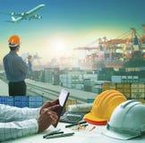 Hand die van de bedrijfsmens aan werkende lijst in containerdok werken Royalty-vrije Stock Foto