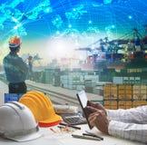 Hand die van de bedrijfsmens aan werkende lijst in containerdok werken Stock Foto