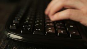 Hand die van de mens bij computer het typen aan toetsenbord werken stock footage