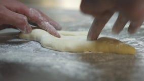 Hand die van de mens met dicht omhoog deeg werken Chef-kok die pastei van de khachapuri de Georgische kaas met ei voorbereiden Sm stock footage
