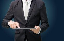 Hand die van de zakenman de bevindende houding lege tablet houden Royalty-vrije Stock Afbeelding